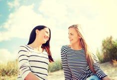 Novias sonrientes que se divierten en la playa Imagen de archivo libre de regalías