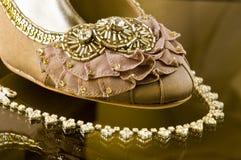 Novias Wedding el zapato y el collar Imágenes de archivo libres de regalías