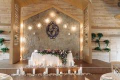 Novias y novios que se casan la tabla adornada con la composición de la flor Imagen de archivo libre de regalías