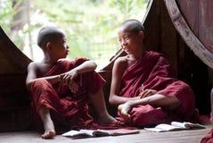 Novices au monastère de Shwe Yan Phe Photo stock