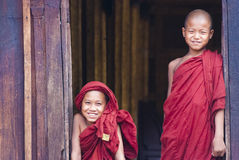 Novices au monastère de Shwe Yan Phe Image stock