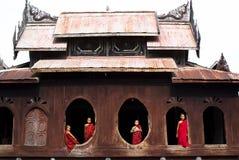 Novices au monastère de Shwe Yan Phe Photographie stock libre de droits