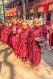 Novices bouddhistes à Mandalay photographie stock libre de droits
