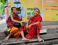 Novices jouant au monastère dans Shan, Myanmar Image libre de droits