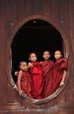 Novices se tenant au monastère en bois dans Shan, Myanmar Photographie stock