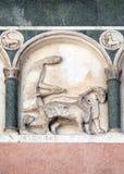 Noviembre, detalle del bajo-alivio que representa el trabajo de los meses del año, catedral en Lucca, Italia Fotos de archivo