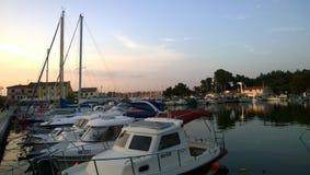 Novigrad` s jachthaven in zonsondergang Stock Afbeelding