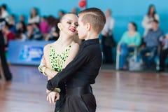 Novikov Yaroslav och Murza Alina Perform Juvenile-1 latin - amerikanskt program Arkivbilder