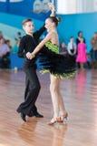 Novikov Yaroslav och Murza Alina Perform Juvenile-1 latin - amerikanskt program Arkivfoto