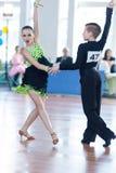 Novikov Yaroslav och Murza Alina Perform Juvenile-1 latin - amerikanskt program Royaltyfri Bild