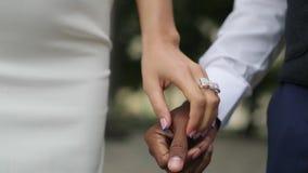 Novio afroamericano feliz y novia caucásica almacen de video