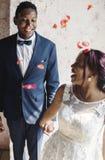 Novio alegre Together de la novia de la ascendencia africana fotografía de archivo