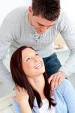 Novio bueno que da masajes a sus hombros de la novia Foto de archivo libre de regalías