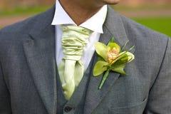 Novio con el ojal de la orquídea en la boda Fotos de archivo