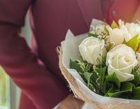 Novio con el ramo Rose blanca fotografía de archivo libre de regalías
