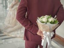 Novio con el ramo Rose blanca imagen de archivo
