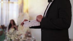 Novio con la liga del ` s de la novia almacen de video