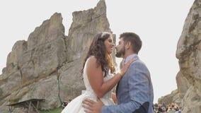 Novio con la novia cerca de las colinas de la montaña Pares de la boda en amor sunbeams almacen de metraje de vídeo