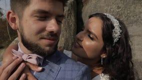 Novio con la novia cerca de las colinas de la montaña Pares de la boda Familia feliz en amor metrajes