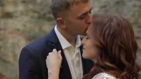 Novio con la novia en el Forest Park Pares de la boda Familia feliz almacen de metraje de vídeo