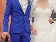 Novio con la novia y la bolsa Imagenes de archivo