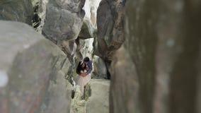 Novio con la situación de la novia en la cueva de las colinas de la montaña Pares de la boda en amor almacen de metraje de vídeo
