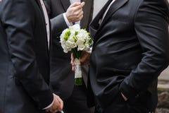 Novio con los campaneros Ramo de la boda antes de la ceremonia Imagenes de archivo