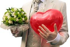 Novio con un ramo de la boda y un corazón grande Imágenes de archivo libres de regalías