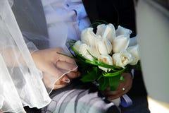 Novio con un ramo de rosas blancas Imagen de archivo