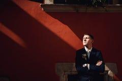 Novio confiado, lindo en un traje de negocios elegante, al aire libre, summ Fotografía de archivo libre de regalías