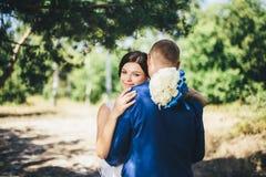 Novio de abarcamiento de la novia Fotografía de archivo libre de regalías