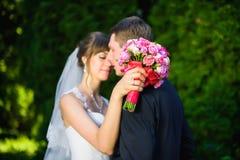 Novio de abarcamiento de la novia Imagen de archivo libre de regalías