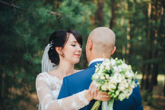 Novio de abarcamiento de la novia Fotos de archivo libres de regalías