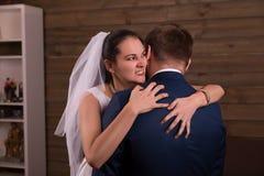 Novio de abarcamiento de la novia después de la propuesta de matrimonio Fotos de archivo libres de regalías