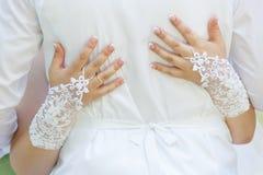 Novio de abarcamiento de la novia en la boda Foto de archivo libre de regalías