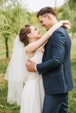 Novio de abarcamiento de la novia entre los sauces Fotografía de archivo