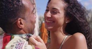 Novio de abarcamiento de risa feliz de la mujer hispánica en la piscina Imagen de archivo