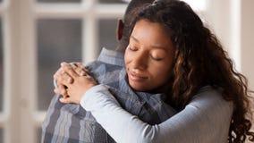 Novio de amor del abrazo de la novia feliz de reconciliar después de lucha imagen de archivo