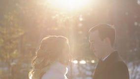 Novio de la novia en el photosession de la boda en invierno del bosque al aire libre almacen de metraje de vídeo