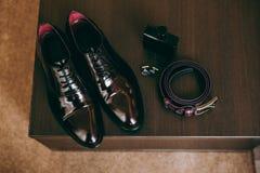 Novio de las mancuernas de la corbata de la mariposa del reloj de los zapatos para casarse Imagen de archivo libre de regalías