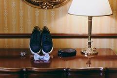 Novio de las mancuernas de la corbata de la mariposa del reloj de los zapatos para casarse Imágenes de archivo libres de regalías