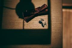 Novio de las mancuernas de la corbata de la mariposa del reloj de los zapatos para casarse Fotos de archivo libres de regalías