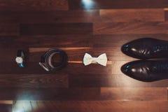 Novio de las mancuernas de la corbata de la mariposa del reloj de los zapatos para casarse Fotos de archivo