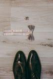 Novio de las mancuernas de la corbata de la mariposa del reloj de los zapatos para casarse Imagenes de archivo