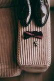 Novio de las mancuernas de la corbata de la mariposa del reloj de los zapatos para casarse Fotografía de archivo libre de regalías