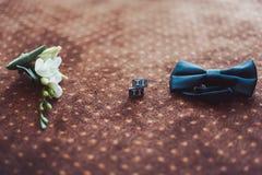 Novio de las mancuernas de la corbata de la mariposa del reloj de los zapatos para casarse Foto de archivo
