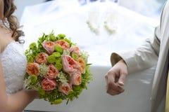 Novio del ANG de la novia que sostiene el ramo de la boda Fotografía de archivo