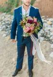 Novio elegante de la moda, boda, tradiciones, boutonniere, traje clásico Fotos de archivo