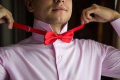 Novio en una camisa rosada la mañana del día de boda Fotografía de archivo libre de regalías
