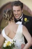 Novio feliz Hugging Bride fotos de archivo libres de regalías